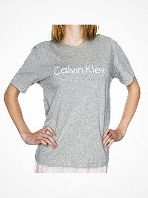 Nattlinnen - Calvin Klein SS Crew Neck Grey
