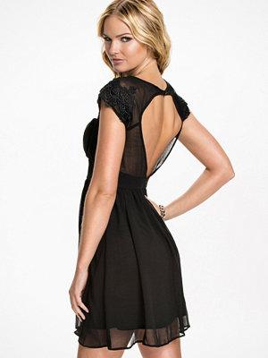 Elise Ryan Open Front Lace Cap Sleeve Dress Svart