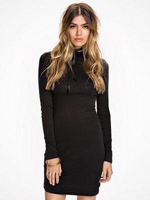 NLY Trend Off Duty Dress Svart