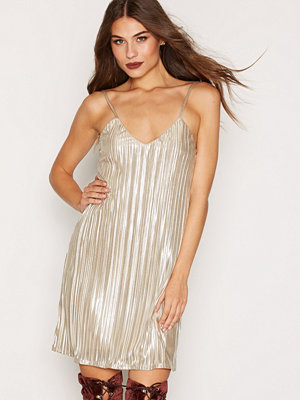 NLY One Plisse Flare Dress Guld