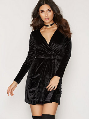 NLY Trend Crushed Velvet Wrap Dress Svart