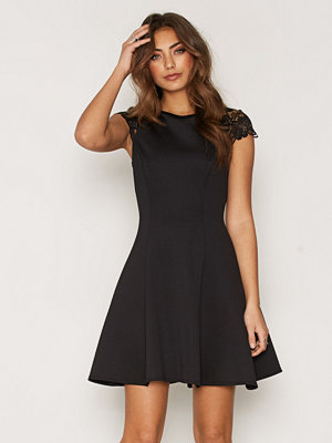 NLY One Lace Cap Sleeve Dress Svart