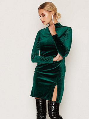 NLY One Thigh Slit Velvet Dress Grön