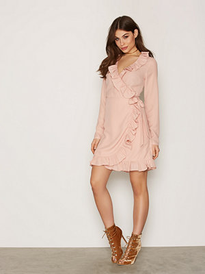 NLY Trend Frill Wrap Dress Ljus Rosa