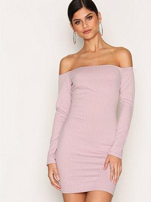 Festklänningar - NLY One Off Shoulder Rib Dress