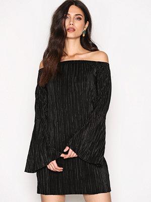 NLY Trend Off Shoulder Plissé Dress Svart