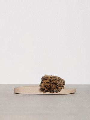 Tofflor - NLY Shoes Faux Fur Slide Leo