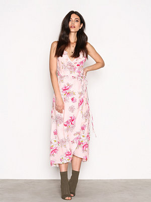 NLY Trend Frill Wrap Strap Long Dress Rosa Mönstrad
