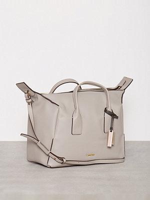 Handväskor - Calvin Klein MILLI3 Duffle Dove