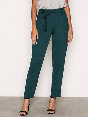 NLY Trend omönstrade byxor Dressed Tie Pants Dark Green
