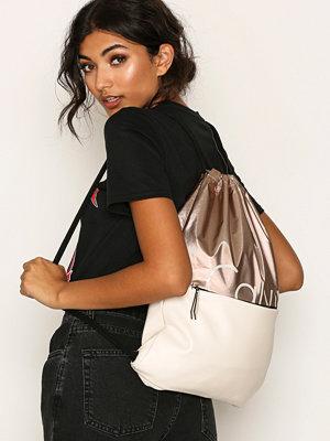 Calvin Klein ryggsäck med tryck K60K603770910 Copper