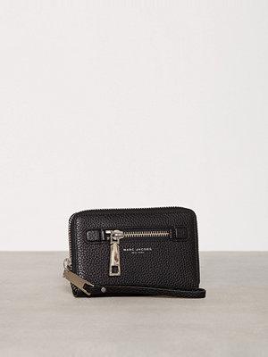 Plånböcker - Marc Jacobs Zip Phone Wristlet Svart
