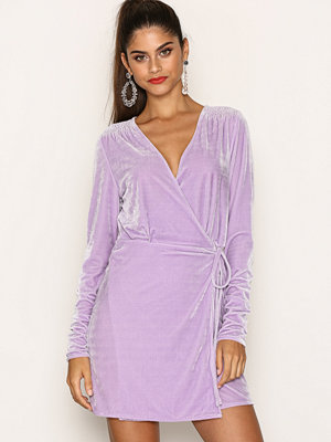 NLY Trend Fancy Velvet Wrap Dress Lila