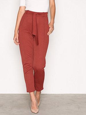 NLY Trend röda byxor Dressed Tie Pants Mahogany