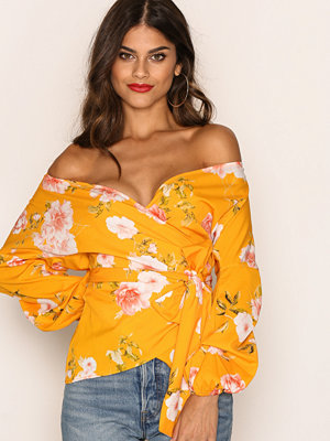 NLY Trend Wrap Shoulder Blouse Gul Mönstrad