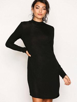 NLY Trend Loose Fit Open Back Dress Svart