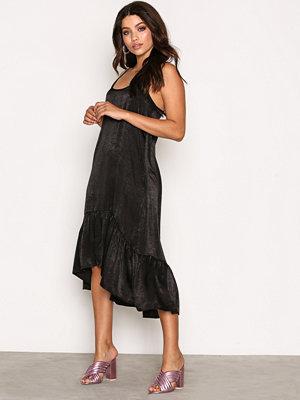 NLY Trend Frill Slip Dress Svart