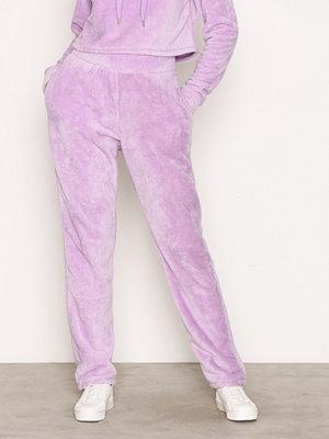 NLY Trend ljuslila byxor Teddy Jogger Lilac