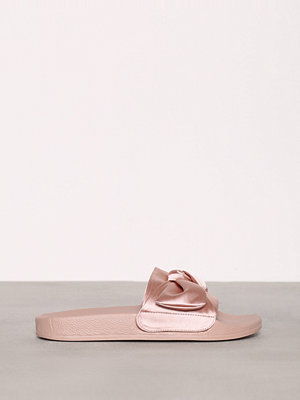NLY Shoes Satin Pool Slide Rosa