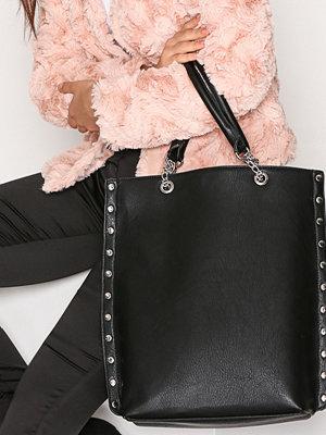 Handväskor - NLY Accessories Studded Chain Tote Svart