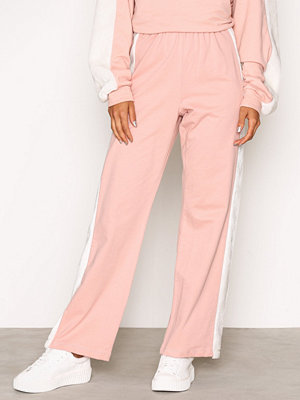 NLY Trend persikofärgade byxor Faux Fur Pants rosa/vit