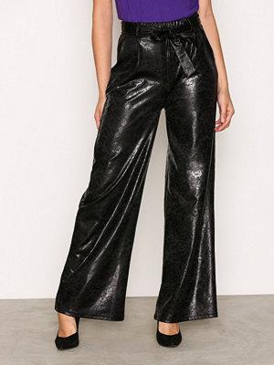 NLY Trend svarta byxor Wide Crushed PU Pants Svart