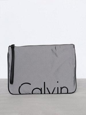 Calvin Klein ljusgrå kuvertväska med tryck K60K603775902 Grå/Svart