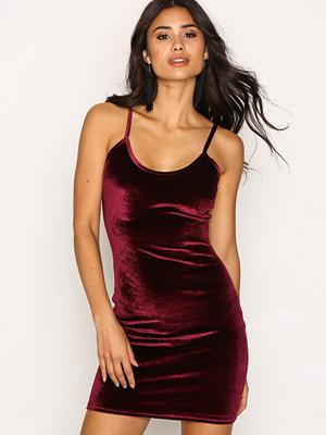 NLY One Cami Velvet Mini Dress Vinröd