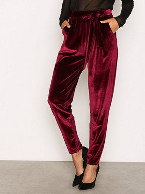 NLY Trend vinröda byxor Dressed Velvet Pants Burgundy