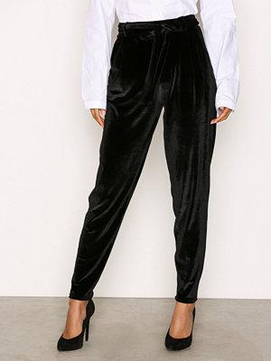 NLY Trend svarta byxor Dressed Velvet Pants Svart