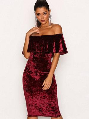 NLY One Frill Crush Velvet Dress Vinröd