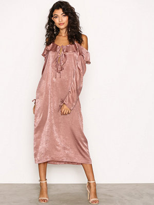 NLY Trend Cold Shoulder Slip Dress Ljus Rosa