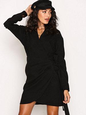 NLY Trend Side Tie Dress Svart