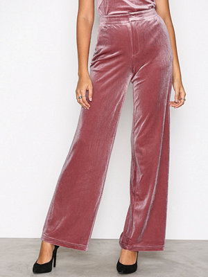 NLY Trend omönstrade byxor Have It All Velvet Pants Ljus Rosa