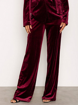 NLY Trend vinröda byxor Have It All Velvet Pants Burgundy