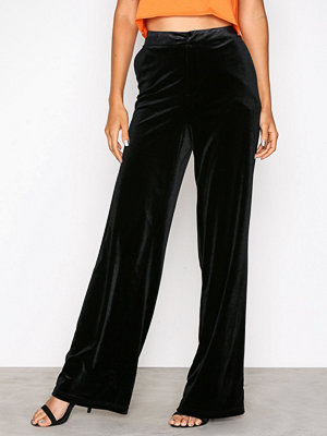 NLY Trend svarta byxor Have It All Velvet Pants Svart