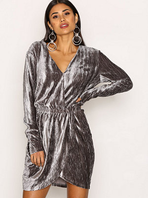 NLY Trend The It Velvet Dress Grå