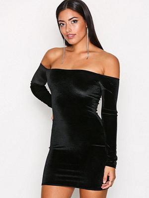 NLY One Off Shoulder Velvet Dress Svart