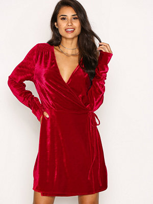 NLY Trend Fancy Velvet Wrap Dress Röd