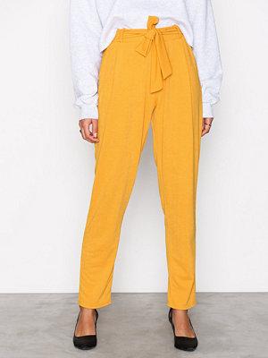 NLY Trend gula byxor Dressed Tie Pants Mustard