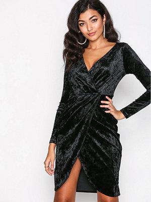 NLY One Wrap Velvet Dress Svart
