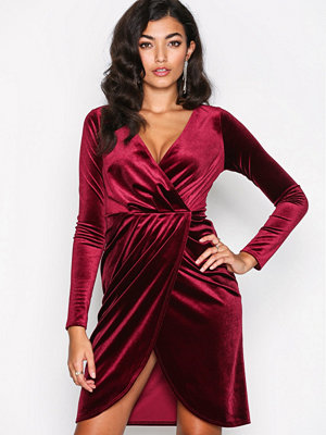 Festklänningar - NLY One Wrap Velvet Dress Burgundy