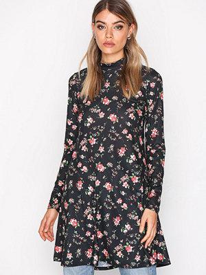 NLY Trend Print Swing Dress Svart/Mönstrad