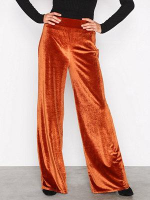 NLY Trend röda byxor Velvet Solid Set Pants Rostbrun
