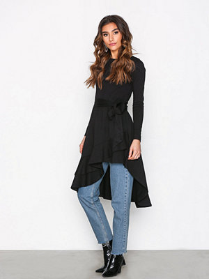NLY Trend High Low Frill LS Dress Svart