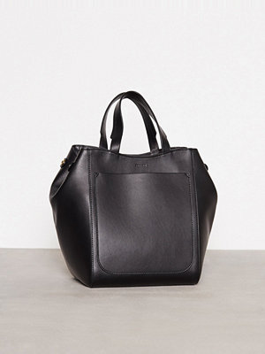 Filippa K svart axelväska Shelby Mini Bucket Leather Bag