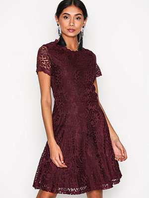 Only onlMYSTERY Lace S/S Dress Wvn Mörk Röd