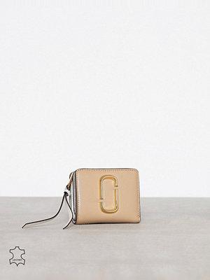 Plånböcker - Marc Jacobs Mini Compact Wallet Sand Castles