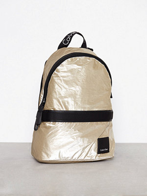 Calvin Klein omönstrad ryggsäck Fluid Backpack Metalic Guld