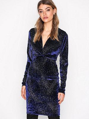 NLY One V Drop Formation Dress Blå